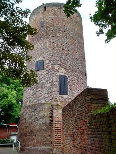 Der Pulverturm in Orsoy war ursprünglich ein Eckturm der Stadtbefestigung, später diente er als Mühlturm.