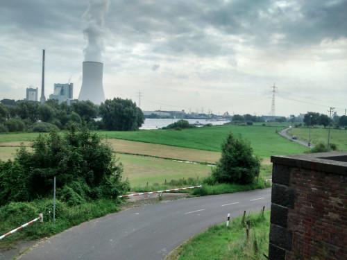 Vom historischen Hochwasserschutztor in Orsoy gelang mir dieses surreal anmutende Bild vom Rhein.