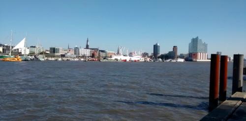Blick auf die Innenstadt Hamburgs vom Elbufer in Steinwerder.