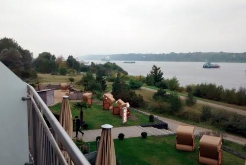 Ausblick auf die Elbe; fast wie der Rhein, nur größere Schiffe