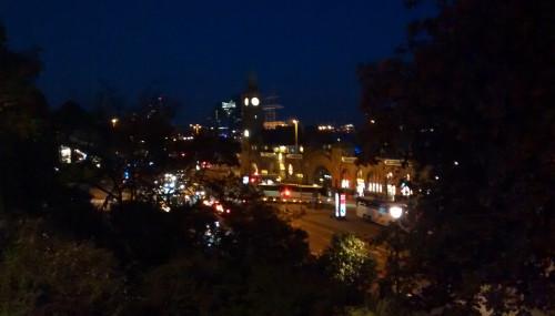 Blick auf die Landungsbrücken von St. Pauli bei Nacht