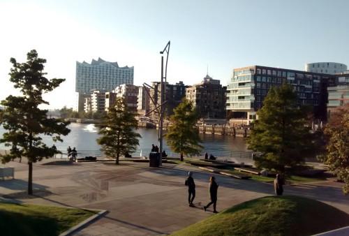 Blick auf einen bereits fertiggestellten Teil der Hafencity (mal abgesehen von dem Gebäude ganz hinten)