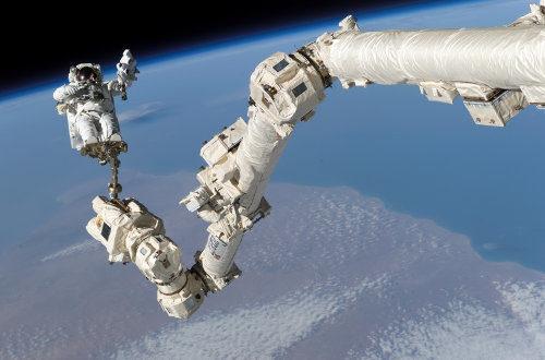 Astronaut Stephen K. Robinson bei einem Weltraumspaziergang nahe der ISS. - Foto: NASA - Lizenz: gemeinfrei